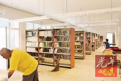 底层图书馆内的书籍都在水灾中遭殃。