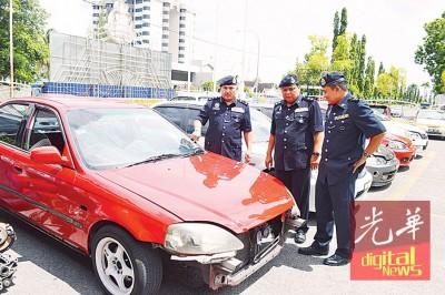 阿都拉锡展示警方起获的报失车。右起加央警区主任瓦里及玻州刑事调查主任阿兹哈。