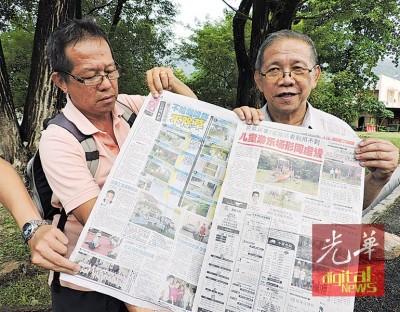 黄汉伟医院服务队成员黄振部(右),出示槟民政党指责动物园路公园牛粪及垃圾遍布之不实言论。