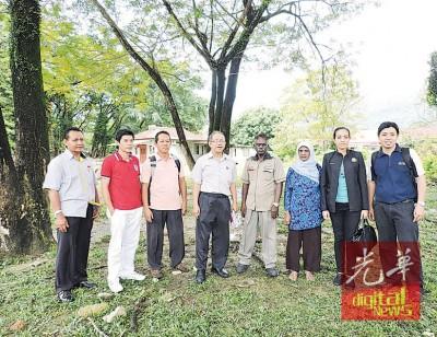 槟岛市政厅人员及黄汉伟服务队巡视动物园路草地。右2为市议员瑟丽娜。左2承包商蔡振文,左4黄振部。