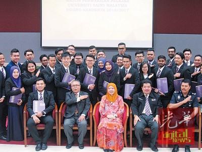 哈津(因为者左起)、安南胡先、阿丝玛、捷鲁及纳扎鲁丁及新当选的学员代表合影。