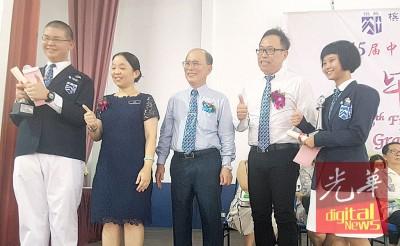 前任校长吴文宝颁发奖杯予模范生傅新伟及赵靖宜,旁为叶福祺及卢思冰校长。