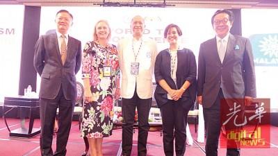 纳兹里(中)在颁发纪念品后与杨肃斌(右1)、艾琳(右2)、尼娜(左2)及徐京合影。