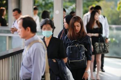 泰国民众身穿素衣,一脸忧戚上班。(美联社图片)