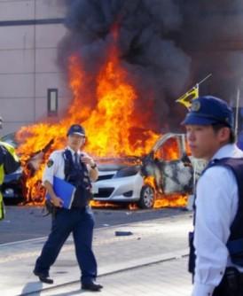 有汽车起火燃烧,火光熊熊。(互联网图片)