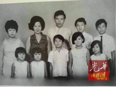 叶观葵小时候与弟妹的合照,站者左为叶观葵。