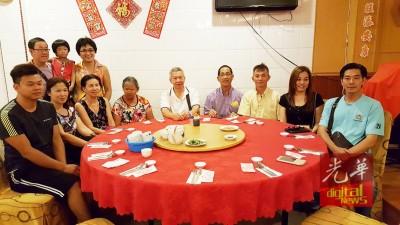 叶观葵(坐者左4)在沈耀权、李仁钟、余张丽桦以及柯秋胜的协助下得以与弟妹们团聚。