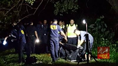 警方科学鉴证组到卧尸地点检查。