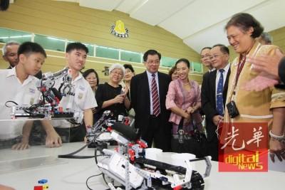 泰国公主诗琳通对槟城锺灵中学学生的科学展览颇感兴趣。