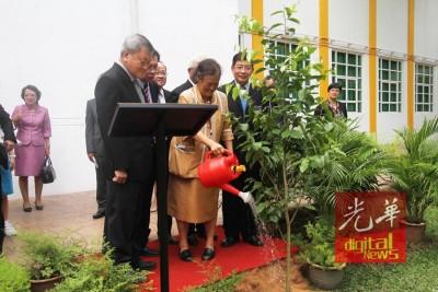 泰国公主诗琳通为槟城锺灵中学种下百年校庆所将栽种100棵树的第一棵树!