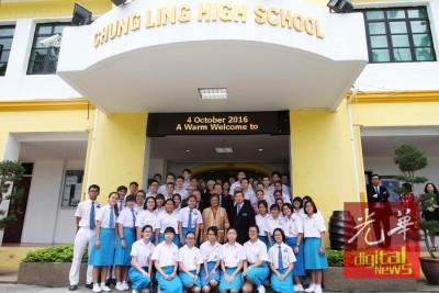 诗琳通公主与锺灵学校学生合照。