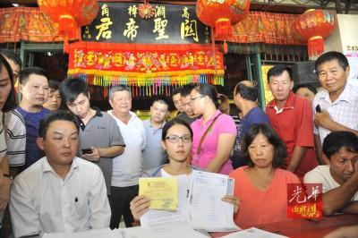 林晓莹在双亲及律师陪同下出示性病医药报告。