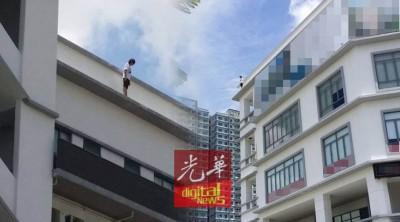 图跳楼的女子被发现在办事楼屋顶边缘徘徊。