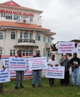 哈菲兹(右五)声称代表槟城穆斯林向民政与马华抗议,要求马华与民政党与巫统站同一阵线。