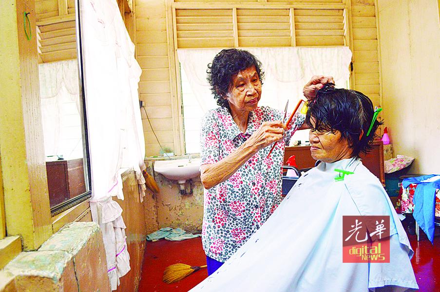 阿嬷理发师郑巧蕊多年来贯彻廉价理发原则。