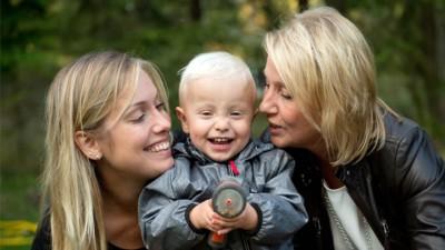 埃里克松(左)与儿子阿尔宾,他们都诞自她母亲(右)的子宫。 埃里克松(左)与儿子阿尔宾,他们都诞自她母亲(右)的子宫。