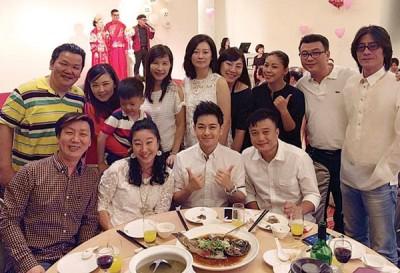 林志颖(前排右二)近期出席高中同学婚宴,时间在外脸上没留下太多痕迹。