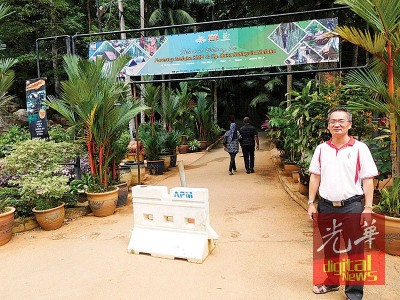 邱培栋乘植物园完入口处完全没有张贴通告,大众依然照常前往运动。