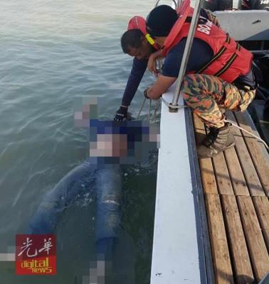 搜查救人员用飘浮在海面的尸体捞起。