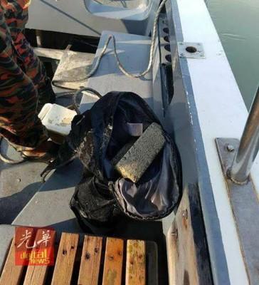 死者背着的背包被发现有砖块。