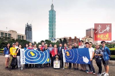 为了让全台校友有机会参与传递,校友会带着铜钟从高雄一路北上到台北,图为台湾锺灵校友会完成行程后在台北101前大合照。