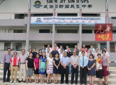 威南日新董事部成员与新来的9位教职员们合影。
