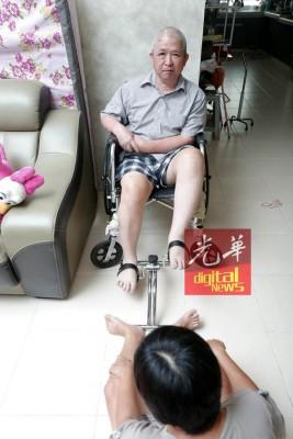 黄顺强当家里的伴随和鞭策下,未间歇地听从治疗师的教育做复健倒。