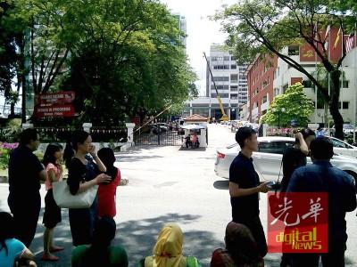 学院接获虚报诈弹事件后,师生和干部被紧急疏散。