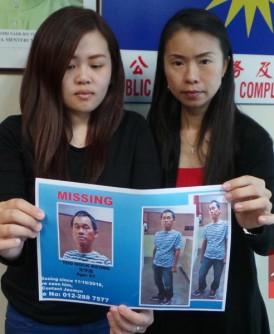 郑安儿(右)与张天赐助理张雅欣,出示失踪者的寻人通告。