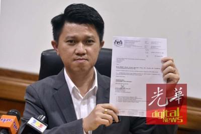 张盛闻在记者会上出示考试局局长于2日发函予马来西亚华校生协会的信件,证实考试局已撤回9月8日的回函。