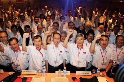 许子根(左4起)、马袖强及中央领袖与永久会员在会议开始前合照。左起为林时彬、张国智、谢顺海、柯希兰、梁德明及刘华才。