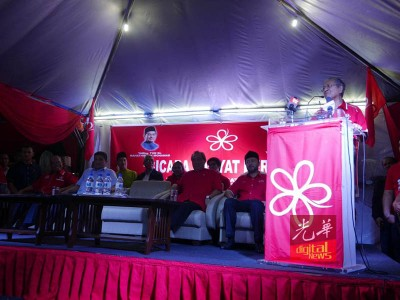 马哈迪在政治讲座上演讲。坐者右起是慕克里、慕尤丁及阿兹敏阿里。