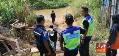 官员24小时监督检验士毛月河的水质。