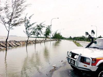 每当出现大涨潮现象时,玻璃市港口沿岸一带出现海水倒灌陆地现象。