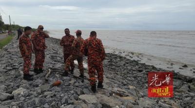 消拯员在海岸边准备协助援救工作。
