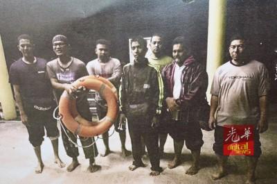 为救起的钓鱼者与船主饥寒交迫,提着救生圈者为船主。