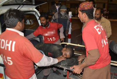 自觉人员扶将伤员送院。