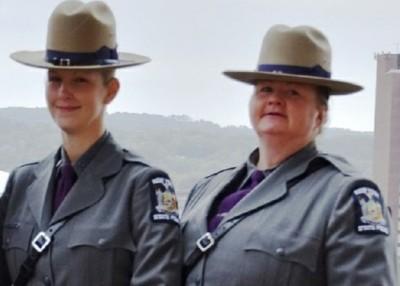 哈特曼(左)同妈妈兰菲尔(右)毫不在同样间警局工作。