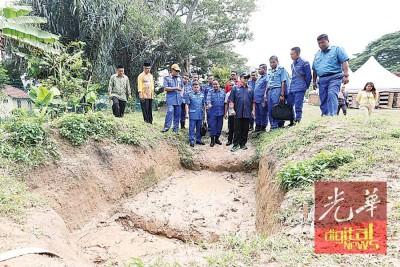 沙希淡(前排左6)巡视训练营放蛇现场。