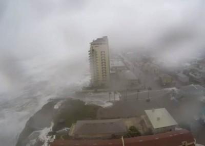 海浪不断往岸上涌。