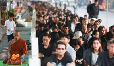 泰国政府为低收入人士派发黑衣。