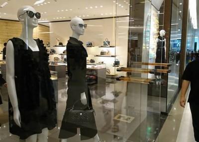 泰国商场照常营业,然而橱窗人偶换上黑色衣服