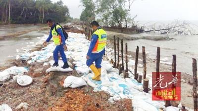 民防局救灾人员正在巡视灾区。