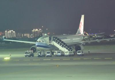 客机最终安全降落桃园机场。(中央社照片)
