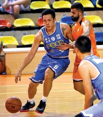虽遭受叙利亚球员的紧盯,台北上欣核心周仪翔(左)依照尝试切进篮底。