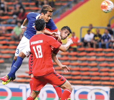 穆哈末哈哈丁在对方2何谓球员包抄下,玩头球破关。