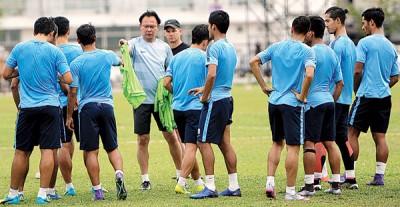 随着报到国足集训队的球员人数充足,主帅王金瑞(中)终于松一口气备战比赛。(档案照)