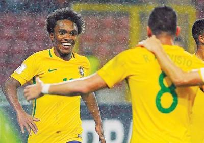 威廉(面对镜头者)进球后,兴奋的奔向张开双臂队友奥古斯托(背向镜头者)庆祝。