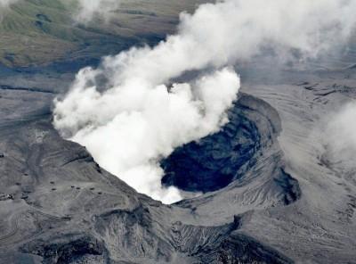 日本九州岛上的阿苏山火山8日凌晨喷发,火山灰云高达1万1000米。(法新社照片)
