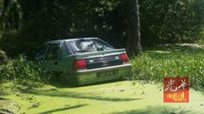 距离卧尸地点约300米外有一辆车牌KAU 8016的国产花蝴蝶轿车坠入沟中。
